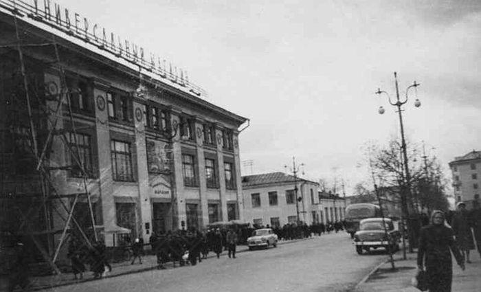 Универмаг на ул. Советская. Необычный фонарный столб. Ижевск.