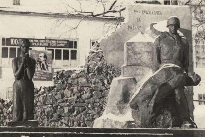 """Памятник """"Они сражались за Родину"""" в селе Сюмси, 1970 год. ГКУ """"ЦДНИ УР""""."""