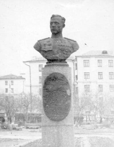 Бюст дважды Героя Советского Союза Е. М. Кунгурцева. Был установлен в 1952 году в сквере рядом с кинотеатром Колосс.