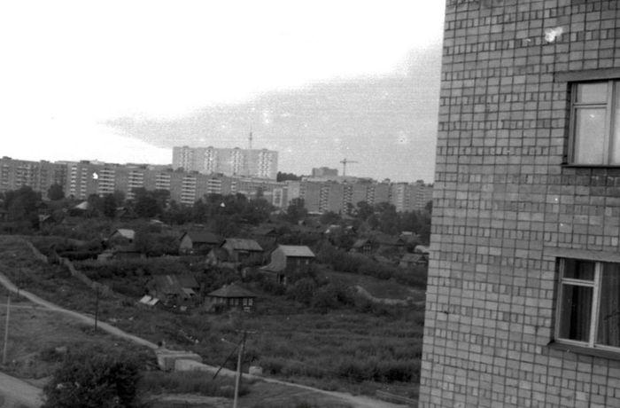 """Вид на """"Вшивую горку"""" с перекрестка Кирова - 50 лет Пионерии. 1972-73 гг. Ижевск."""