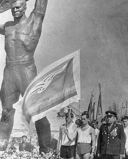 Монумент боевой и трудовой славы в Ижевске.