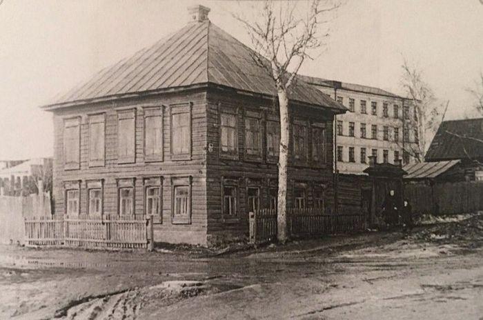 Дом №135 по улице Свободы, снесён в 1960 году. Фото: Л. П. Колчиной из книги С. Н. Селивановского - Старый Ижевск.