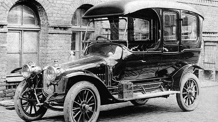 В июне 1913 года купец Симаков выписал первый в Ижевске автомобиль.