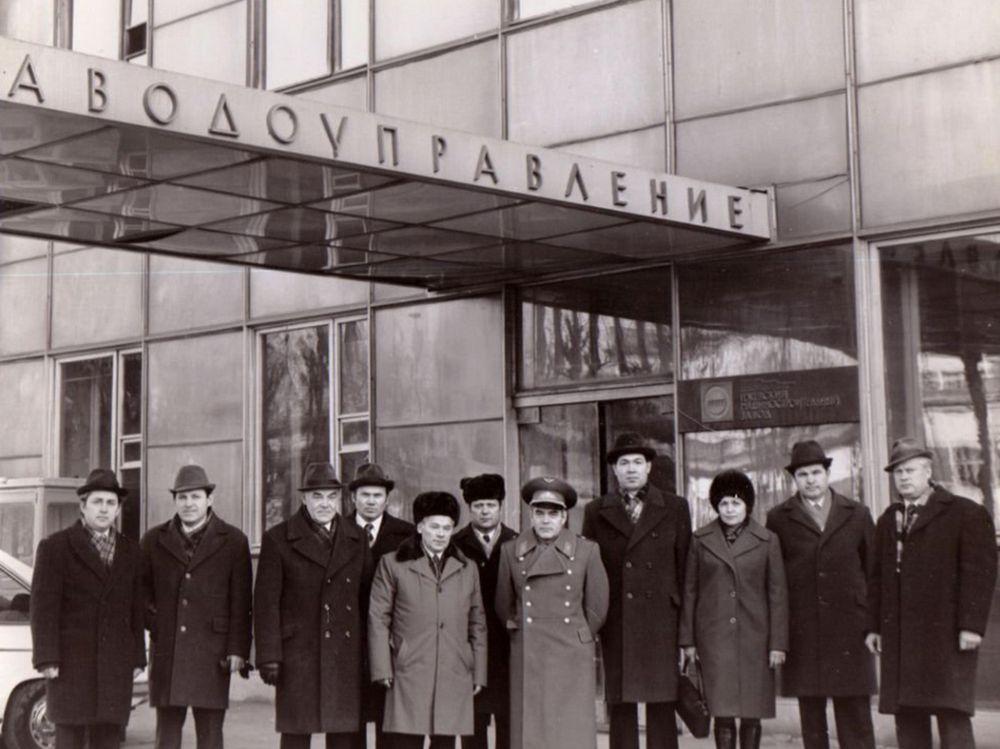М.Т. Калашников и летчик-космонавт А.Г. Николаев у заводоуправления «Ижмаша», фото 1970 г.