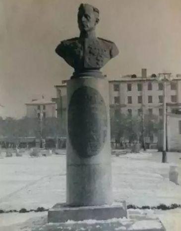 Бюст дважды Героя Советского Союза Е. М. Кунгурцева. Ижевск