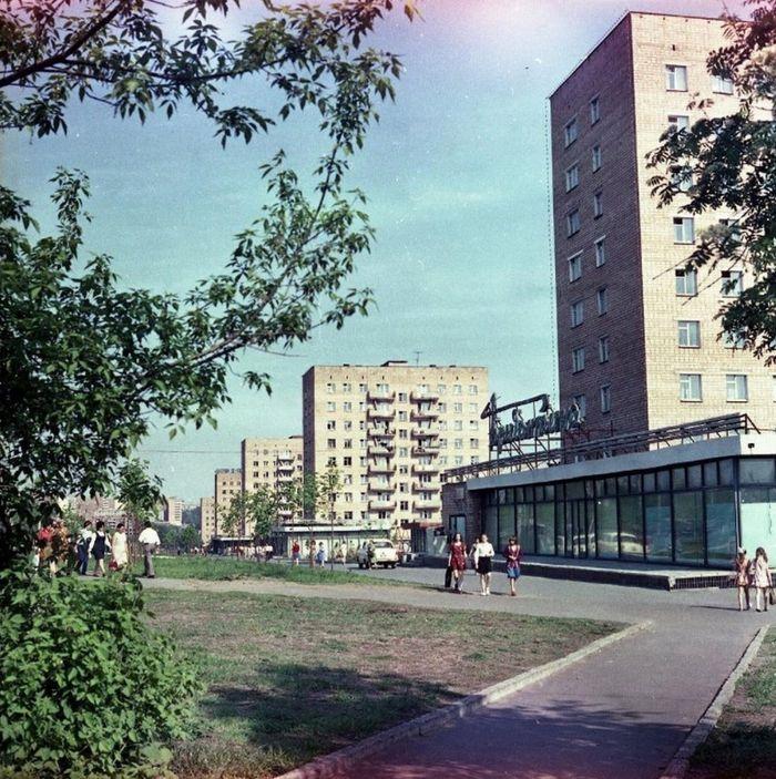 "Улица Кирова, кафе ""Бригантина"" на переднем плане, фото 1970-х годов.  Ижевск."