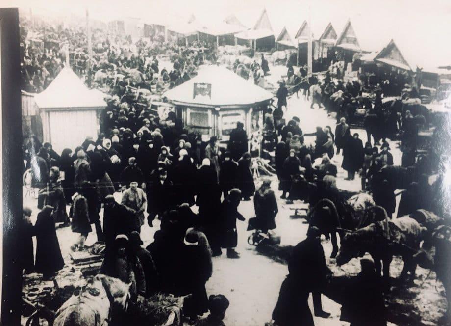 Базарная площадь Ижевска: торговые ряды, толпы народу, телеги. В наше время это территория Летнего сада имени Горько и ОЦ Сайгас. Фото: 1920-е годы.