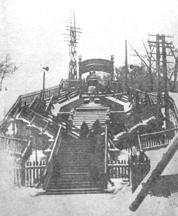 Деревянная лестница к набережной с первым памятником В.И.Ленину. Ижевск.