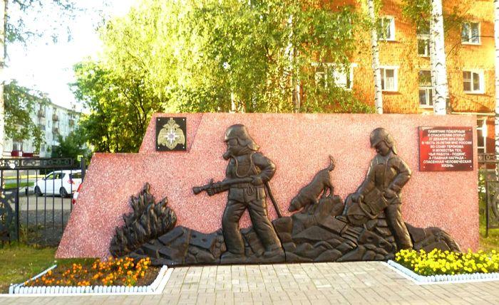 Памятник стела пожарным и спасателям открыт в Ижевске 27 декабря 2015 года в честь 25-летия МЧС России.
