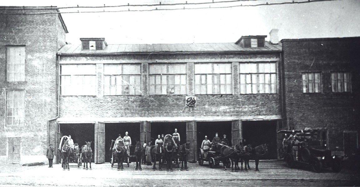 Пожарное депо на ул. Базарной Ижевск. На стене - знак ОСОАВИАХИМа. Фото старого Ижевска.