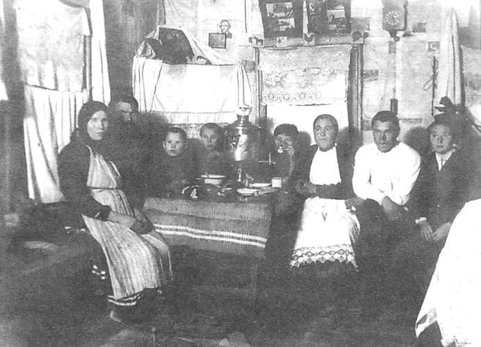 Удмуртская семья пьет чай. Фото - Пазял-Жикъя д. 1930 г.