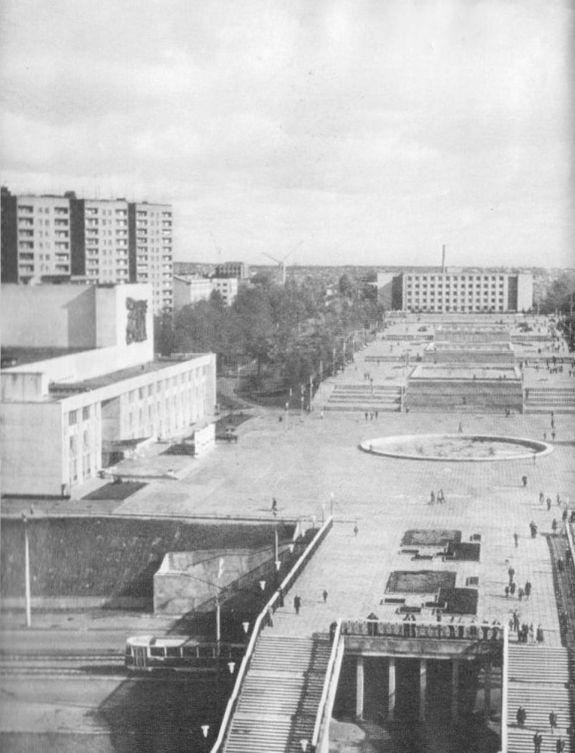 Центральная площадь города Ижевска. Пешеходный переход над ул. М.Горького. ДК Металлург.