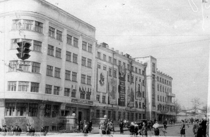 М.Горького 73 - СТАРЫЙ ДОМ ПРАВИТЕЛЬСТВА. 1947 год. Ижевск.