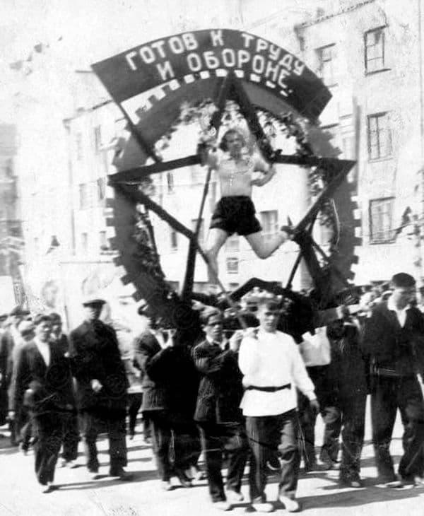 Участники первомайской демонстрации с физкультурной композицией значок ГТО 1 мая 1936 год. Ижевск.