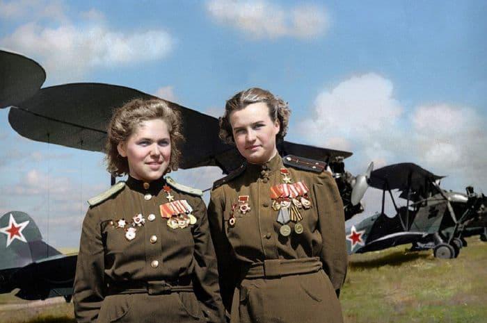 Герои Советского Союза Руфина Гашева и Наталья Меклин у самолётов ПО-2
