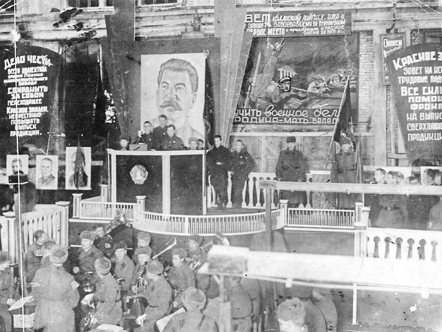 Митинг на Государственном союзном заводе №74 (Ижевск) в связи с вручением Красного знамени ЦК ВКП(б). 1943 г.