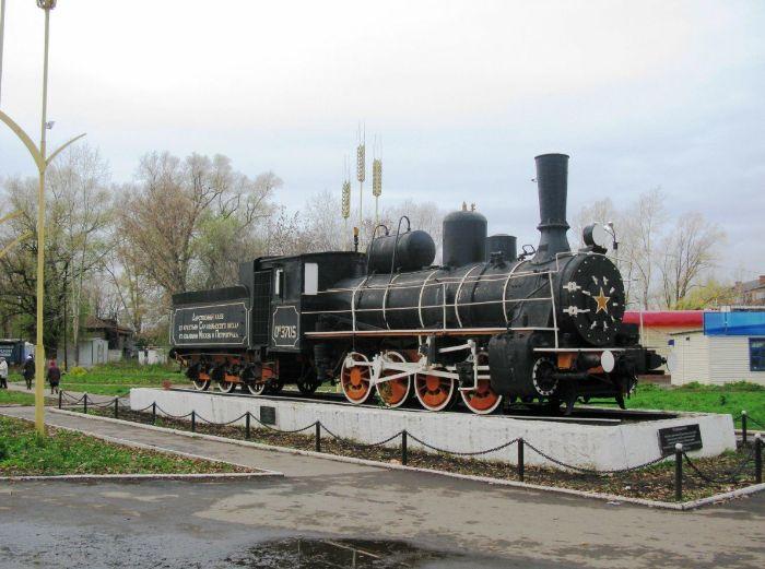 В Сарапуле на привокзальной площади установлен памятник паровоз Ов-3705 (овечка).