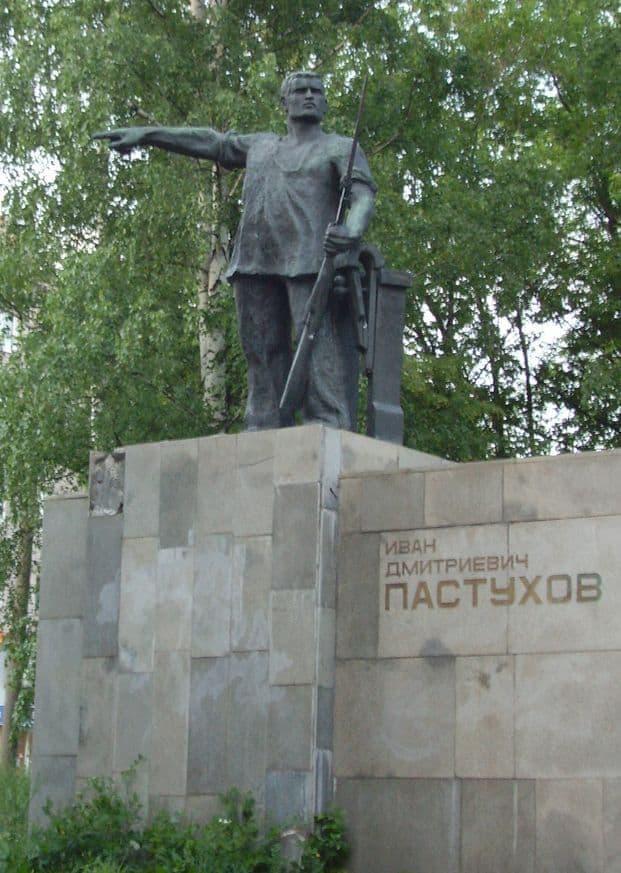В 1968 году памятник Пастухову был перенесён на перекрёсток улиц Коммунаров и Красногеройской. Ижевск. Фото ДВА.