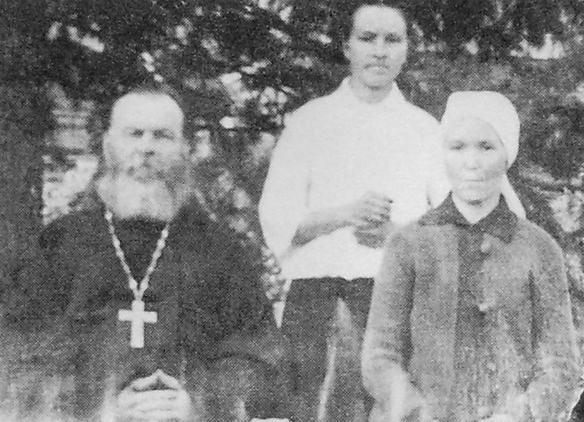 Священник с.Вавож Михаил Степанович Елабужский с женой Марией Михайловной и воспитанницей Матреной. 1915 г.