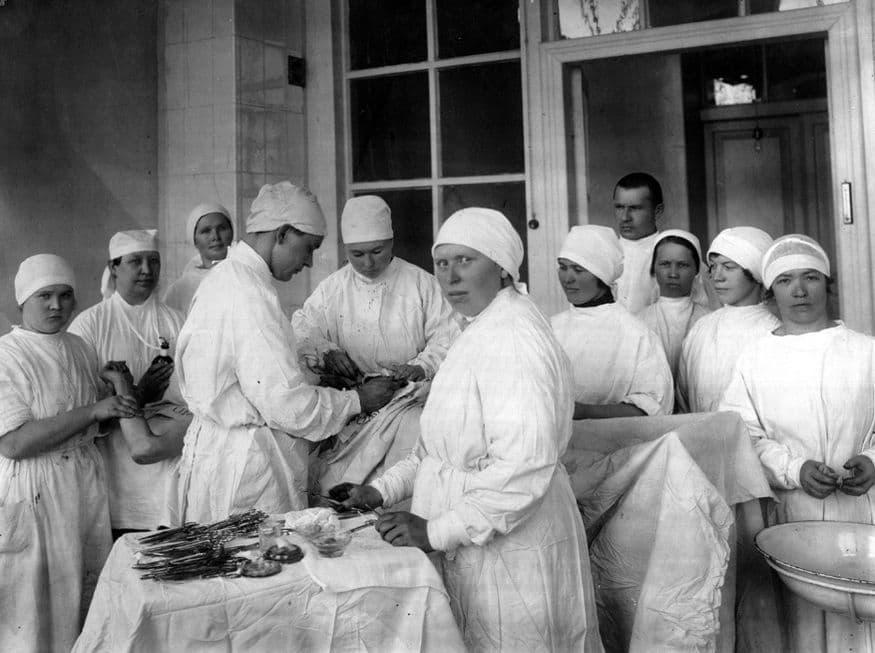 Хирург профессор Семен Иванович Ворончихин  во время операции в эвакогоспитале. Удмуртская АССР