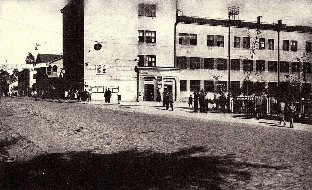 """На фото видны часы на здании бывшего Главпочтамта. Фото из книги И.И. Кобзева """"Ижевские картинки""""."""