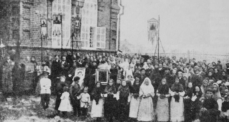 Крестный ход во время освещения Свято-Троицкого храма в Камбарском заводе.