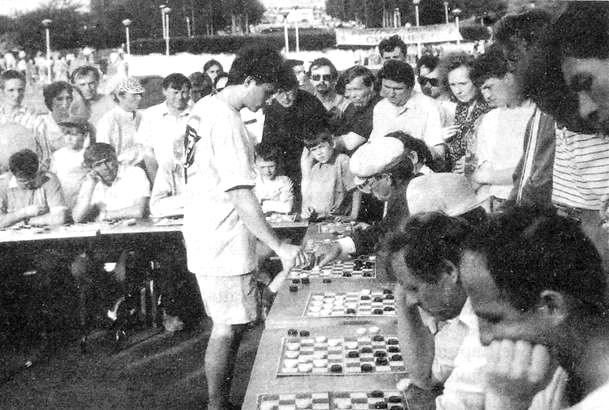 Чижов А., чемпион мира по международным шашкам, проводит сеанс одновременной игры.