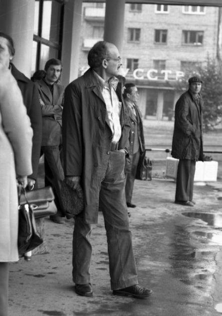 Булат Окуджава на крыльце гостиницы «Ижевск». 1978 год