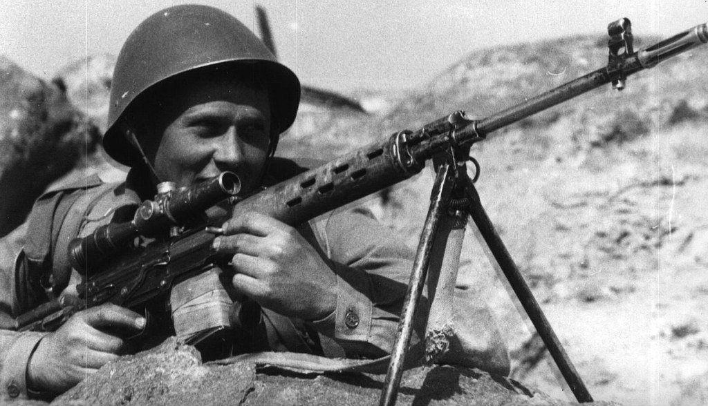 Советский солдат в Афганистане вооруженный СВД.