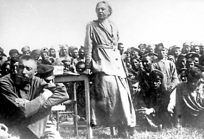 Крупская Надежда Константиновна выступает перед рабочими в г. Сарапуле. 1918 год.
