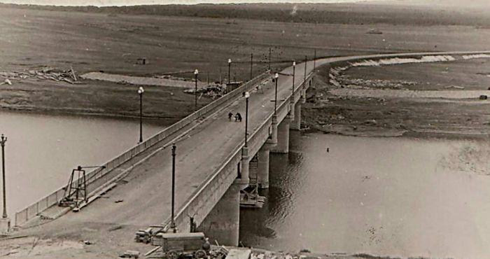 Мост через реку Чепцу у города Глазова. Вид с крыши собора. 1960 год.