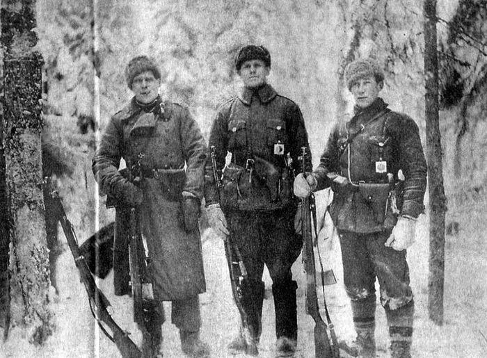 Военнослужащие РККА, вооруженные винтовкой АВС-36.