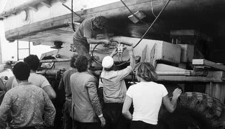 Катер Москва-117. Фотограф Ф.А. Жемелев. 1982 г. Подъем на домкратах на тележку.