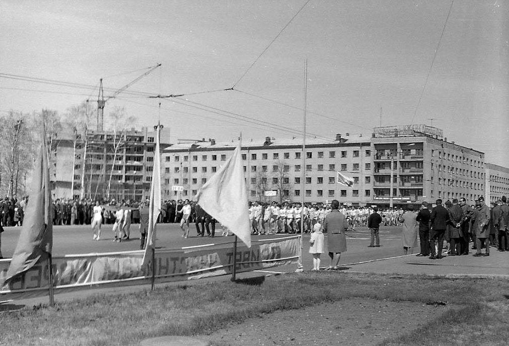 Первомайская демонстрация 1969 года. Центральная площадь Ижевска. На заднем плане фотографии стройка первого из 14-этажных домов и гостиница Ижевск.
