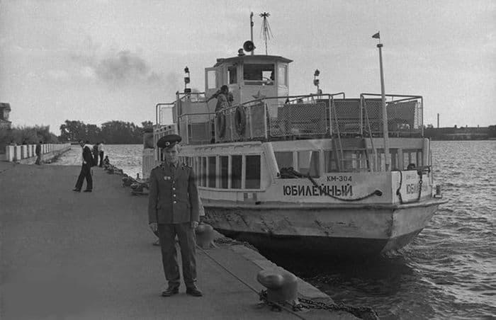Теплоход Юбилейный на пристани у монумента Дружбы Народов. 1973 год. Ижевский пруд.