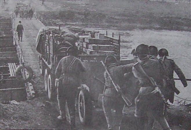 Артиллеристы 174-го ОИПТД на переправе через Вислу.