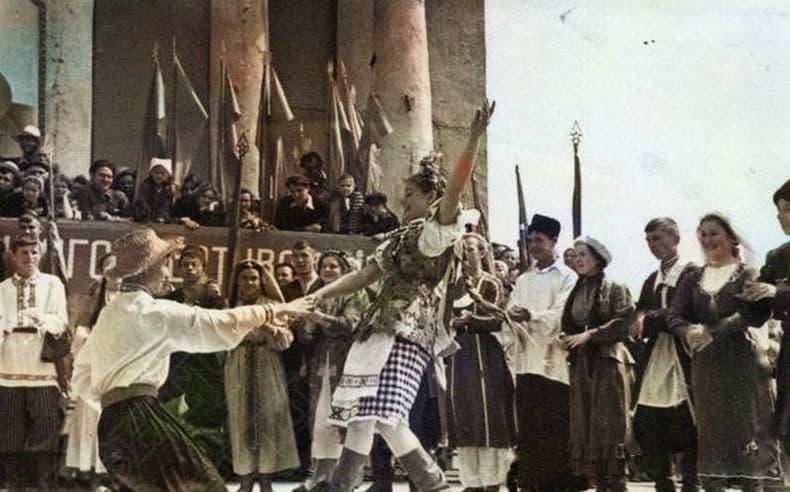 Первый республиканский фестиваль молодежи. Танец на открытой эстраде перед кинотеатром Колосс в г. Ижевске, 14 июня 1957г. История фото старый Ижевск.