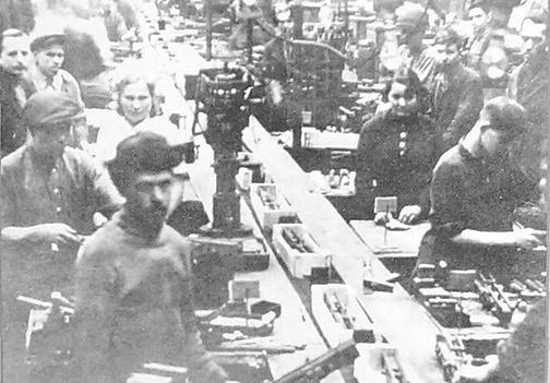 Сборка противотанкового ружья на заводе №74.