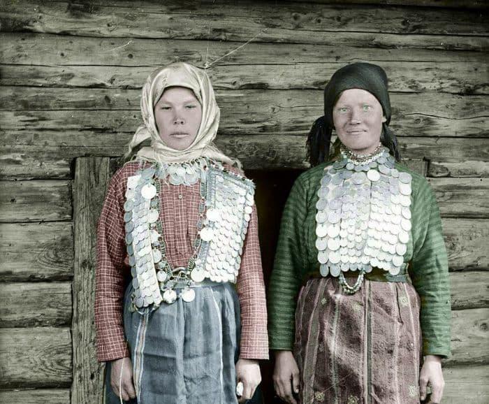 Молодые женщины в праздничных уборах. Д. Завьялово (Вотобласть). Удмуртия. 1925 год.