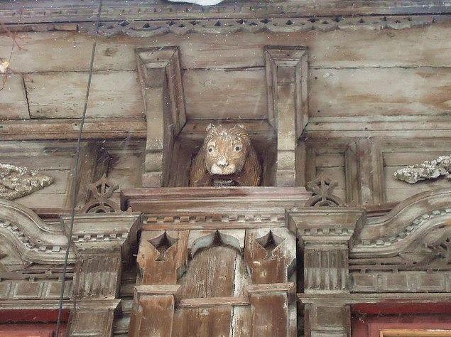 """Деревянные резные фигуры львов, """"охранявшие"""" фасад старинного дома №17 Вольфа в Сарапуле."""