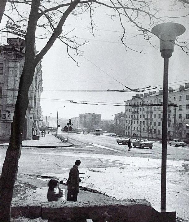 """Улица Удмуртская. Слева дом Советская 34 - """"Салон меховых изделий"""". Фото 1970-х г. Ижевск."""