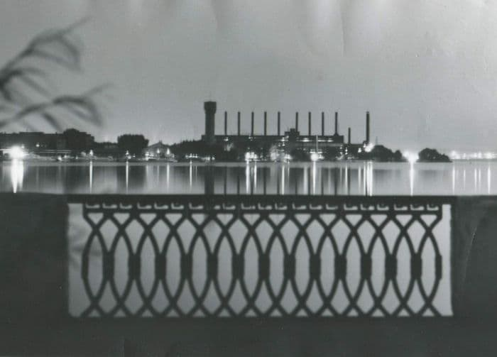 Трубы ТЭЦ-1 и ограда набережной имени зодчего Дудина. Фото: 1990-е годы.