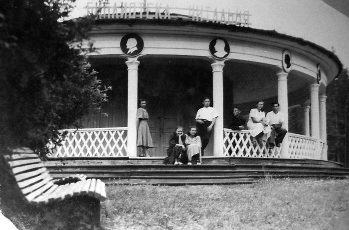 Библиотека-читальня в парке Кирова. Ижевск. Фотоархив А.К. Пекшуровой.  Фото 1938 года.