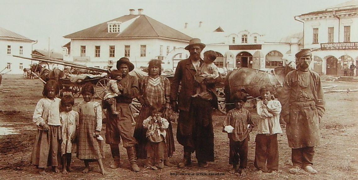 Цыганская семья на Соборной площади. Снимок 1910-1914гг. Фотограф Молчанов П. Глазов.