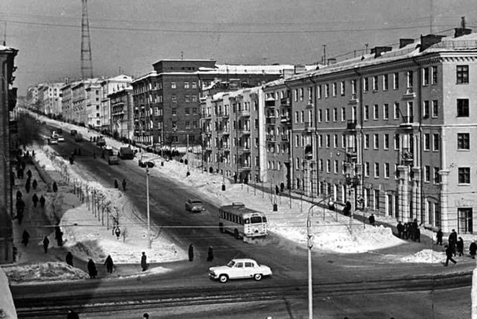 Перекресток Пушкинская - Ленина. Дом №182, 184, 186 по Пушкинской. 1968 год.