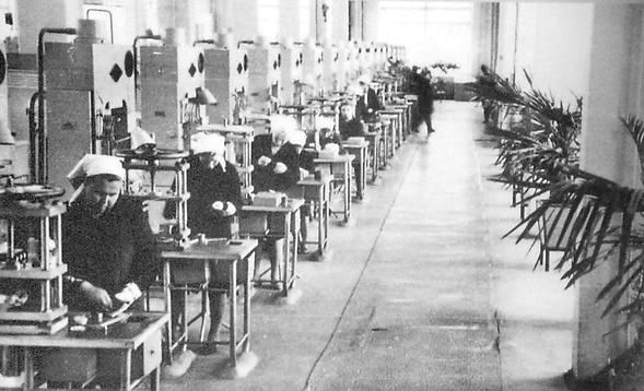 Прессовый участок цеха пластмасс Ижевского электромеханического завода. 1970 г.