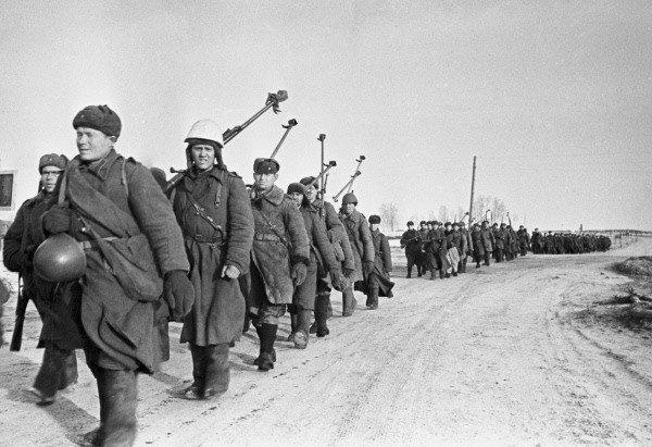 4 марта 1943 года. Советские бронебойщики маршируют на Вязьму.
