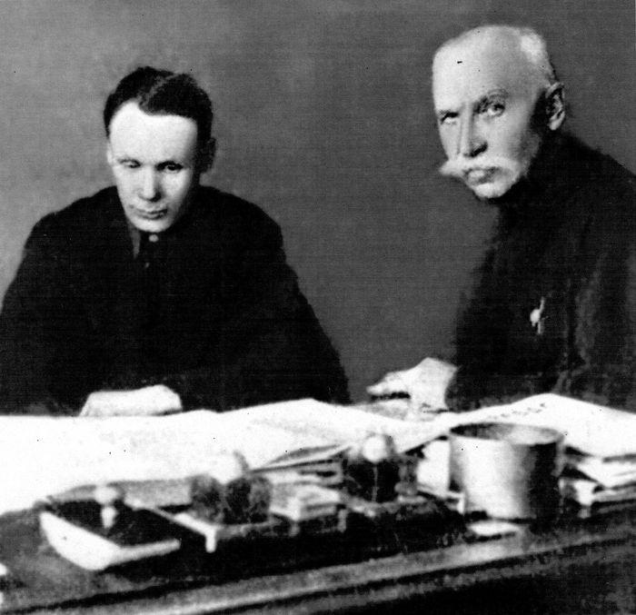 Симонов С.Г. и Токарев Ф.В. изучают итоги испытаний своих автоматических винтовок. Ижевск, 1930-е гг.