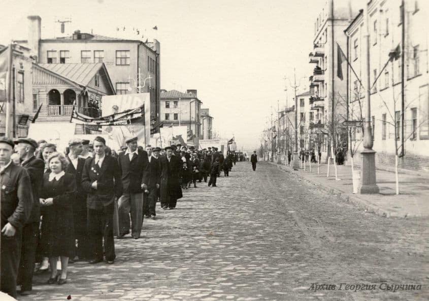 Первомайская демонстрация на улице Советской Ижевск, 1950-е Фото из архива Г.Сырчина.