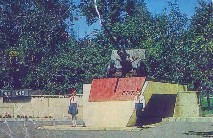 Открытки из набора - УАССР, 1985 год. Ижевск. Памятник пушка в честь ОИПТД.